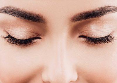Augenbrauenhebung